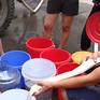 Nhiều người dân Hà Nội trắng đêm chờ nước sạch