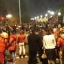 Người hâm mộ chờ đón hai đội tuyển bóng đá Việt Nam về nước