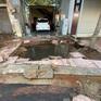 Ống nước nổ như bom tạo thành hố sâu trước cửa nhà dân