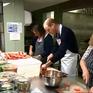 Hoàng tử Anh nấu ăn cho người vô gia cư