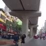 Đi vào làn đường ô tô, xe máy đâm trúng người phụ nữ bế con