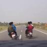 Nhóm thanh niên đầu trần đi xe máy đánh võng trước đầu ô tô