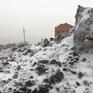"""Tuyết """"đen"""" bao phủ đường phố Siberia, Nga"""