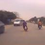 Lái xe máy lạng lách, đánh võng, 2 thanh niên va chạm kinh hoàng với ô tô