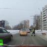 Cảnh sát cho ngừng các phương tiện giao thông để chó bị thương qua đường