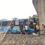 Xe khách lao vào chân cầu vượt trên quốc lộ 5 làm 12 người bị thương