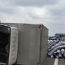 Tiền Giang: Xe tải lật ngang trên cao tốc TP.HCM - Trung Lương