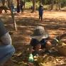Khi trẻ em cũng tham gia phong trào dọn rác