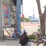Nhiều người lao động ở TP.HCM phơi mình dưới nắng nóng gay gắt để mưu sinh