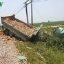 Tàu hỏa tông xe tải: Tài xế tử vong tại chỗ, đường sắt Bắc - Nam tê liệt