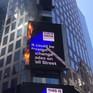 Biển quảng cáo ở quảng trường Thời đại, Mỹ bốc cháy