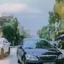 Lấn làn ngược chiều, tài xế ô tô bắt người đi đúng chiều phải tránh đường