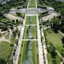 Bức tranh khổng lồ trên thảm cỏ Paris