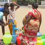Cạn kiệt nước do nắng nóng, hàng dài người Ấn Độ xếp hàng chờ lấy nước