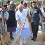 Nghị sĩ Ấn Độ cầm chổi quét đường