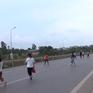 Bất chấp nguy hiểm, nhiều người vẫn đi bộ băng qua cao tốc Hà Nội - Bắc Giang