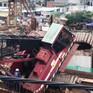 Cần cẩu sập đổ vào nhà dân tại TP.HCM