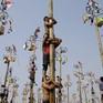 Vui nhộn cuộc thi leo cột mỡ ở Indonesia