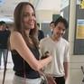 Đưa con trai đến trường học ở Hàn Quốc, Angelina Jolie cố gắng không khóc