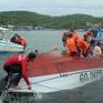 Sóng lớn đánh lật nghiêng ca nô, hất toàn bộ 19 người xuống biển