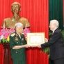 Nguyên Tổng Bí thư Lê Khả Phiêu nhận Huy hiệu 70 năm tuổi Đảng