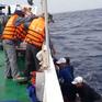 Cứu 13 ngư dân Quảng Ngãi gặp nạn trên biển