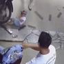 Thót tim bố bất cẩn để con vặn tay ga xe máy, tông đổ tường