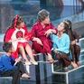Giọng hát Việt nhí: Lưu Thiên Hương hóa bà già nhăn nheo, Ali Hoàng Dương làm bố đàn con nhỏ