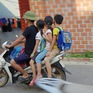 Không đội mũ bảo hiểm cho trẻ, phụ huynh thờ ơ với tính mạng của con em mình