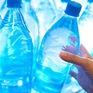 Facebook cấm tiệt chai nước nhựa dùng một lần