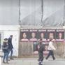 Hình ảnh Hillary Clinton, Angela Merkel mặt bầm tím trên phố Italy