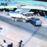 Sang đường không quan sát, xe bán tải bị đâm mạnh