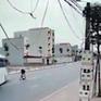 Sang đường bất cẩn, người đàn ông suýt bị xe khách tông trúng