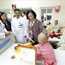 Đồng chí Trương Thị Mai tặng quà Tết tại Bệnh viện K Trung ương