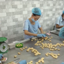 Làng nghề kẹo dừa Bến Tre nhộn nhịp những ngày cận Tết