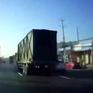 Xe con va chạm với xe tải do đi vào điểm mù