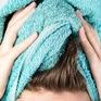 Vì sao không nên lau khô tóc với khăn tắm?