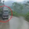 Đường trơn hẹp, xe ben ôm cua tốc độ cao văng đuôi vào đầu container