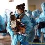 Bé trai 7 tháng tuổi mắc COVID-19 được chuyển đến Bệnh viện Nhi đồng