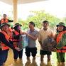 Trường học mênh mông nước, giáo viên tranh thủ tham gia cứu trợ