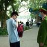 Công an kiểm tra việc đeo khẩu trang tại Hồ Gươm, cổng bệnh viện