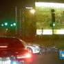 Vượt đèn đỏ, xe ô tô đâm thẳng vào xe máy