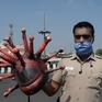 Cảnh sát Ấn Độ đội mũ bảo hiểm hình virus Corona
