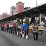 Ấn Độ: Hàng trăm người xếp hàng nhận lương thực miễn phí