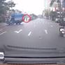 Tài xế ô tô tải đánh lái tránh xe máy sang đường