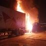 Đang lưu thông, xe đầu kéo bất ngờ bốc cháy trơ khung