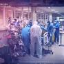 """Phim tài liệu """"Ở nơi tuyến đầu"""": Nghẹt thở đến từng giây phút với cuộc chiến giành sự sống cho bệnh nhân mắc COVID-19"""