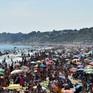 Tiềm ẩn nguy cơ bùng phát COVID-19, chính quyền Anh cảnh báo đóng cửa các bãi biển