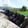 Xe container chở hàng chục tấn gỗ bị lật ngửa, bốc cháy