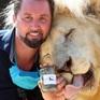 Rạp xiếc bán phân sư tử kiếm thu nhập mùa COVID-19